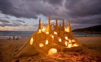 Castello di sabbia con luci