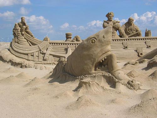 Scultura di sabbia con squalo