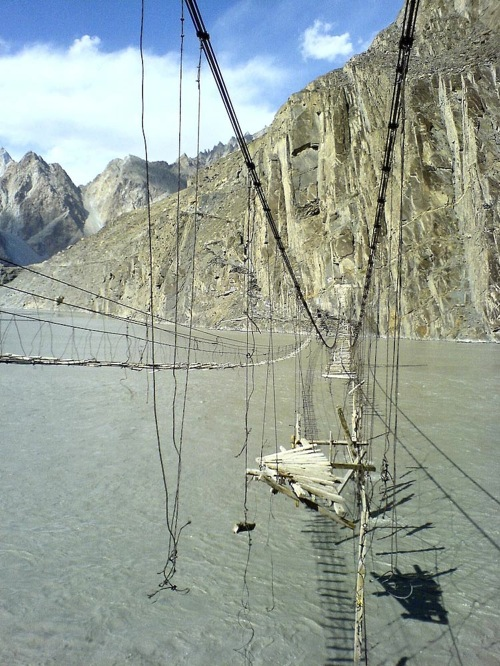 Ponte vicino a Hussaini in Pakistan